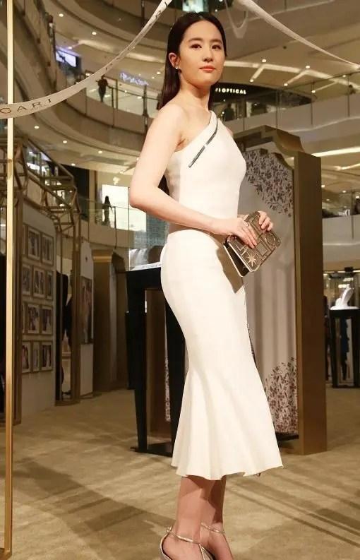 劉亦菲穿衣太大意,裙子太薄遮不住,網友:下面都凸出來了