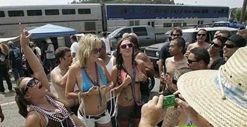 瘋狂的加州露臀節:男女老少對火車齊脫褲