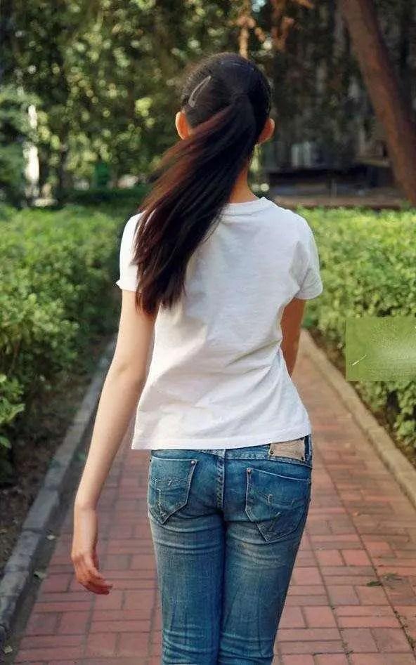 夏季女神搭配緊身牛仔褲,與眾不同的美,既時尚潮流又不誇張