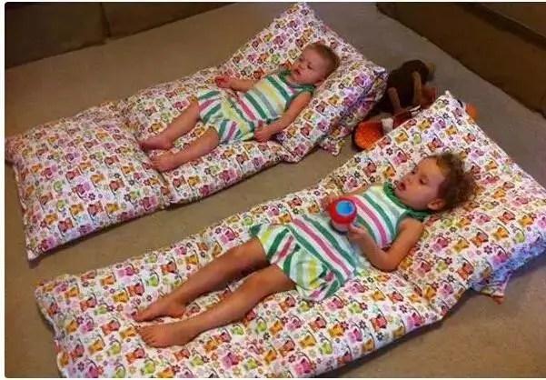 她把幾個枕頭縫在了一起,舒服到讓人躺上去就不想起來!