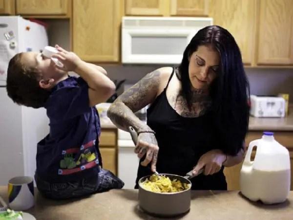 美國黑幫老大為了新出生的孩子,洗掉臉上的紋身重新生活