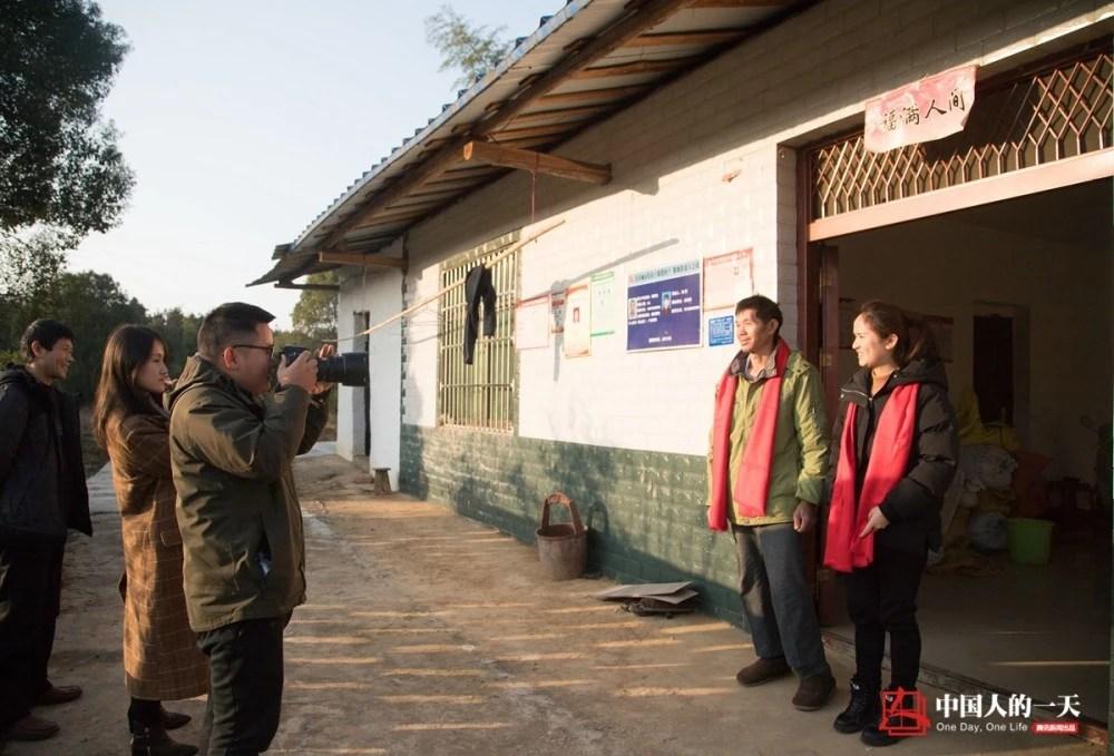 中国人的一天:90后摄影师连续7年深入农村拍全家福 累积送出照片一万余张