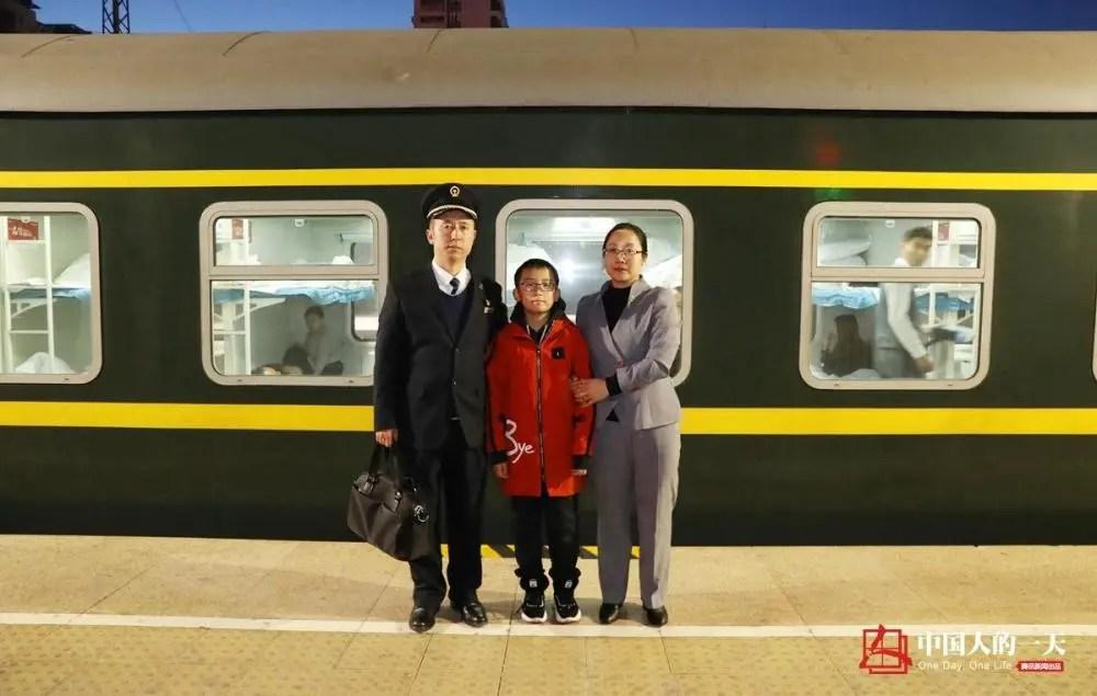 中国人的一天:列车长夫妻连续9年没一起过年 三十晚上妻子独自一人守岁