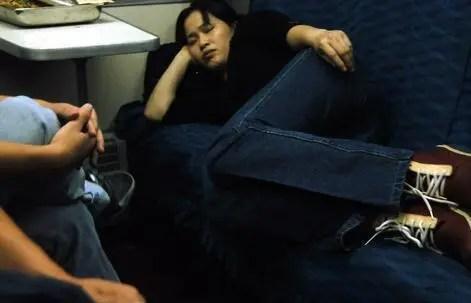 今年火車上各種奇葩睡姿 你碰到了么多少呢?