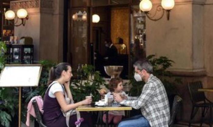 Covid-19, mangiare fuori aumenta il rischio di contagio rispetto ad altre attività