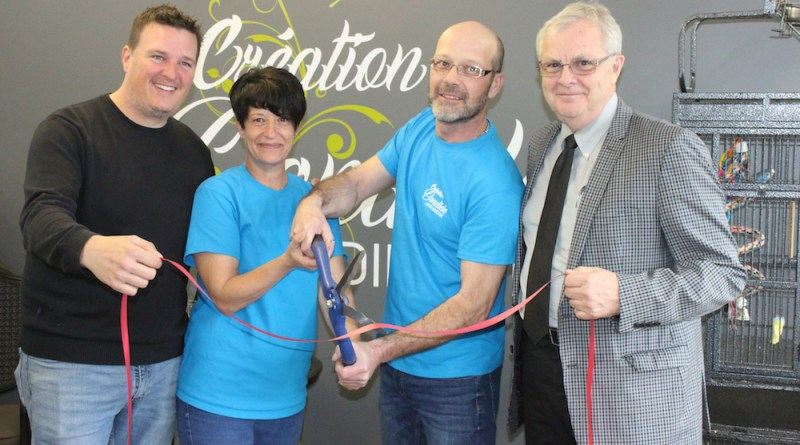 Caroline Lachance et Éric Moisan, les nouveaux propriétaires, inaugurent Création Candide en compagnie du président de la Chambre de commerce régionale de Saint-Raymond, Charles Lessard (à gauche), ainsi que du maire de Saint-Raymond, Denis Dion (à droite).