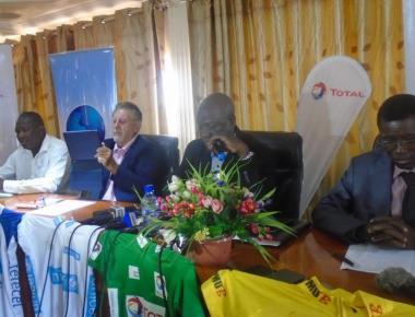 Le président de la Fédération burkinabè de cyclisme, Alassane Ouangrawa (micro en main)