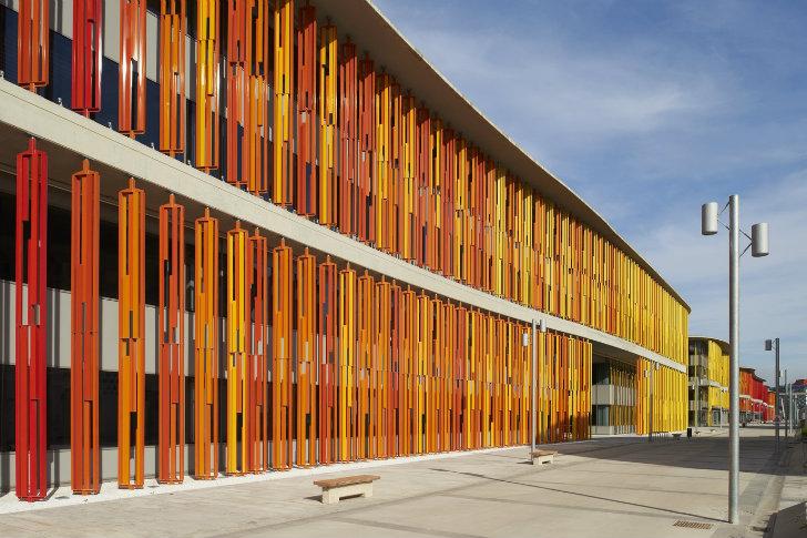 Zaragoza\u0027s Green-Roofed Ronda Office Features a Rolling Rainbow