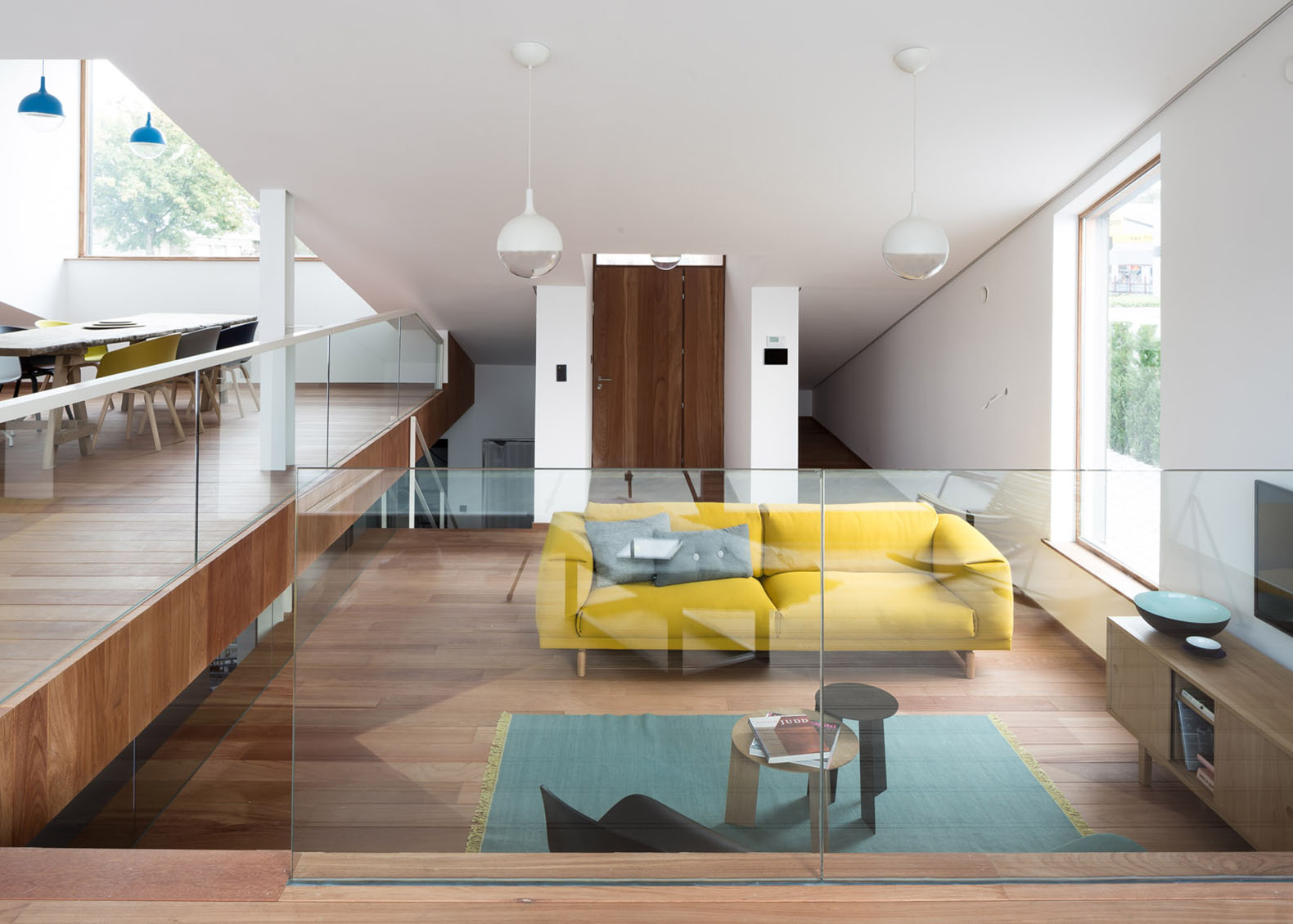 Fixer Upper Wohnzimmer A Sloping Green Roof Hides The Split Level Interior Of