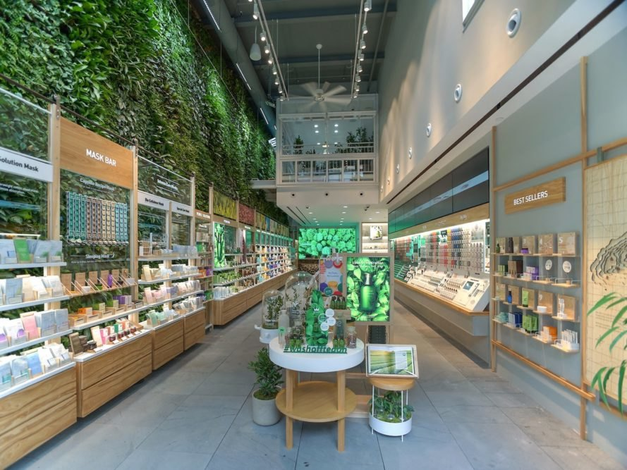 Nearly 10 000 Plants Grow On Nyc 39 S Largest Public Indoor - Green Walls In New York