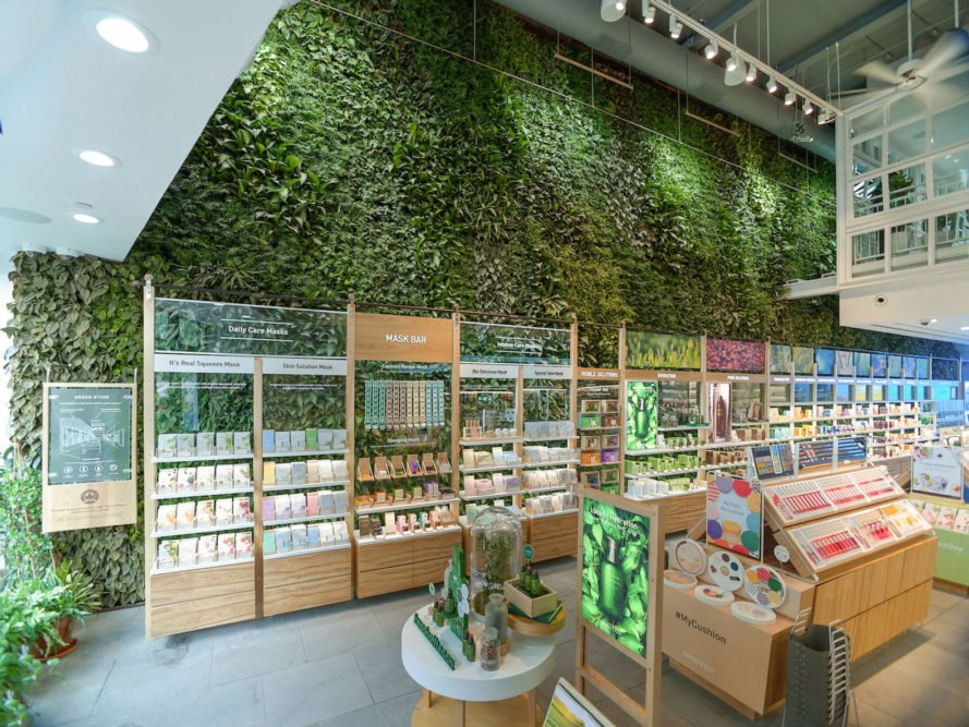 Nearly 10 000 Plants Grow On Nyc S Largest Public Indoor - Green Walls In New York