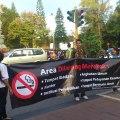 aktivis anti rokok membawa spanduk yang berisikan ajakan dan slogan untuk menjauhi rokok