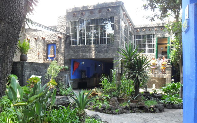 La casa azul donde habita frida kahlo inmendoza for La casa azul decoracion