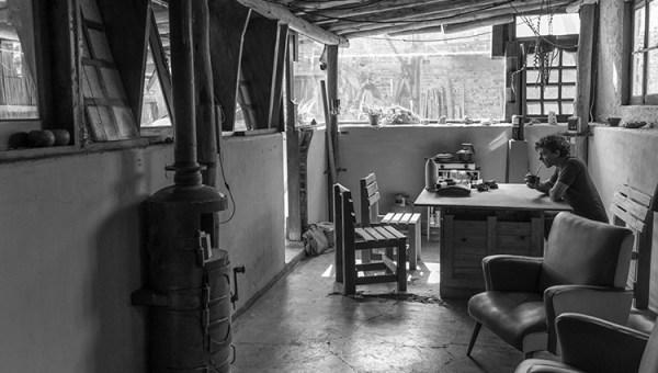 El ámbito de vida y trabajo del escultor: en una pileta.