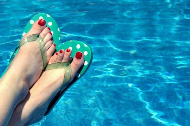 Swimming pool, Toes in Swimming Pool. Swimming pool vs. Swimming pond.