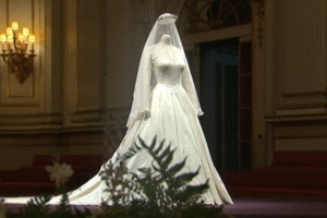 20110723-SN-04_Royal-Wedding-Dress-Goes-on-Display