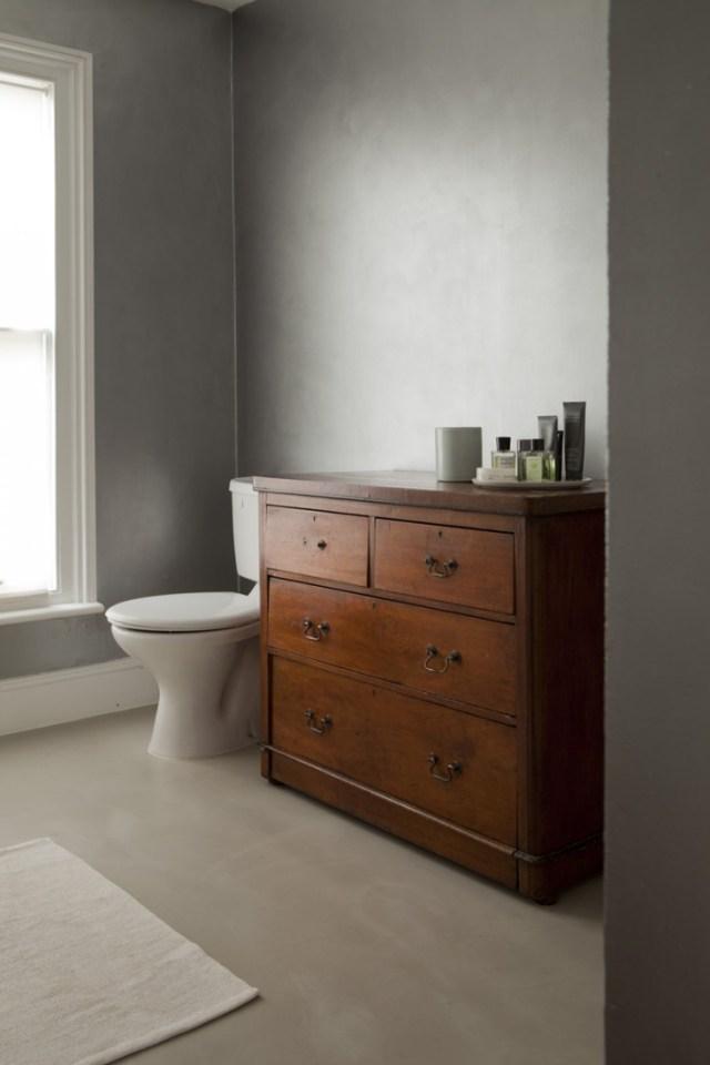 antigua cómoda en el baño / old chest of drawers in the bathroom