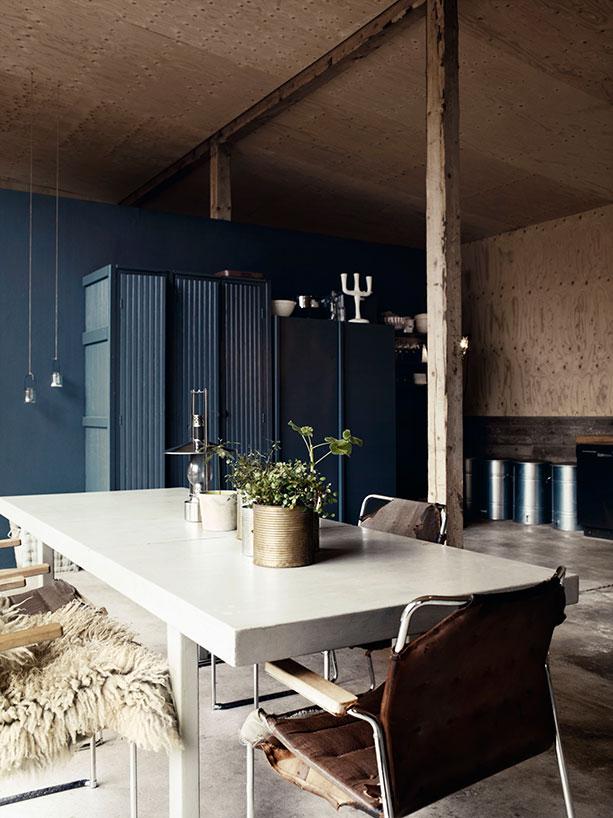 Vista del comedor con los muebles y la mesa enorme / A dining room view with the furniture and the enormous table.
