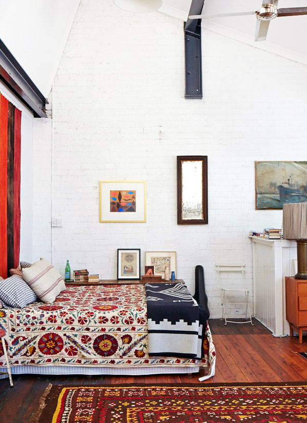 Habitación principal con alegres textiles vintage / master bedroom with bright vintage textiles