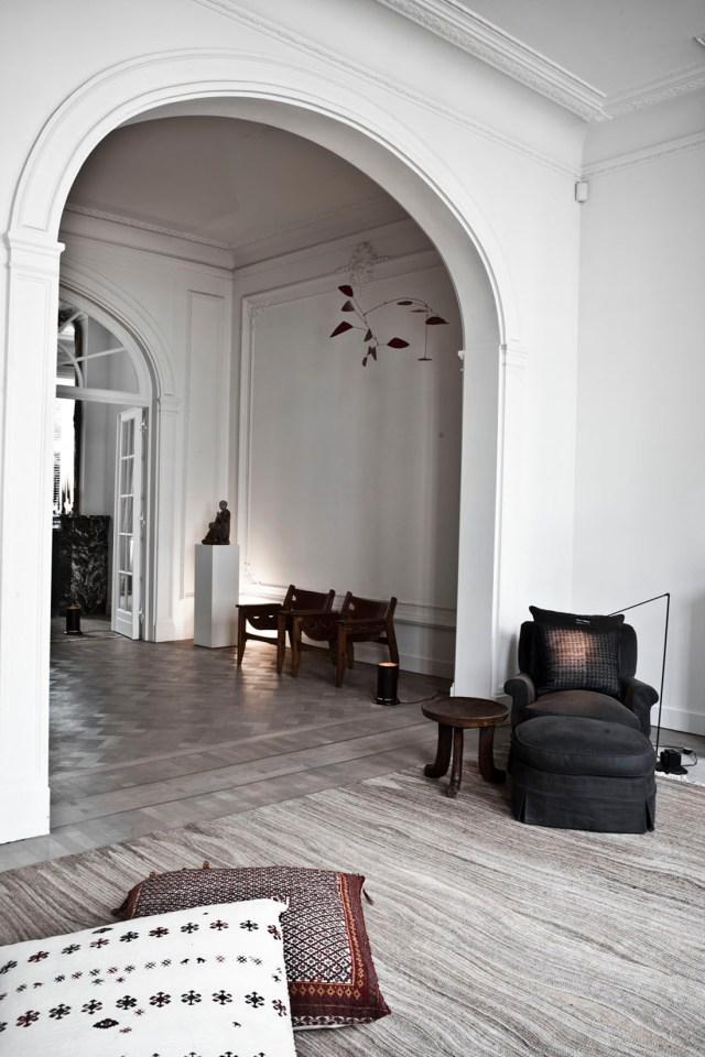 Zona de lectura con un móvil de Calder y mobiliario moderno.