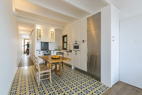 La cocina es un espacio que se abre en el centro de la vivienda y se diferencia por el suelo, en este caso también baldosas hidráulicas de dibujo geométrico.