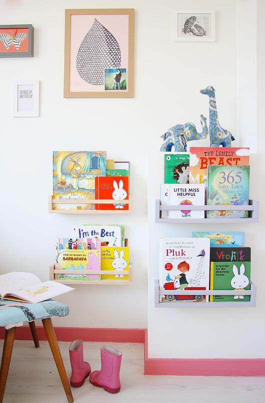 En la habitación infantil han habilitado un espacio para colocar los cuentos de manera muy decorativa.