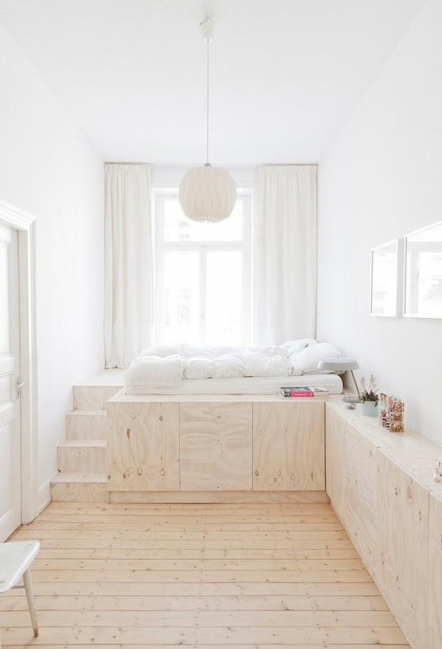 Almacenaje debajo de una cama elevada con tablero fenólico.