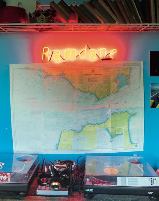 La modernidad con palabras escritas en neón, los mapas antiguos, ha entrado en esta vivienda de mano de elementos vintage.