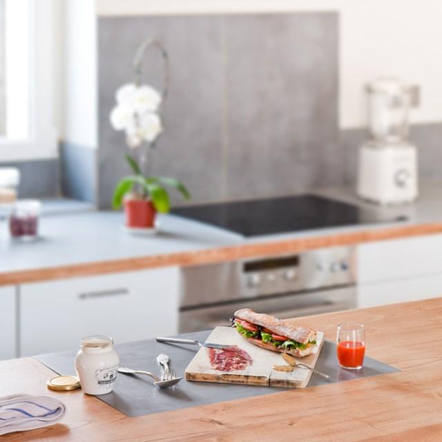Detalle de la encimera de la cocina, hecha de madera maciza.