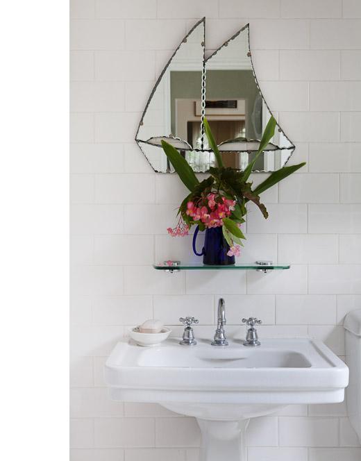 Detalle de espejo de barco en el baño.