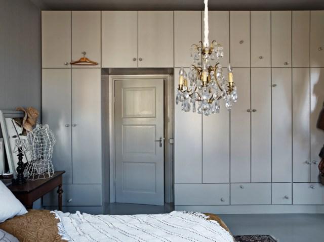 En el dormitorio destaca el despiece de puertas del armario y la lámpara de lágrimas de cristal.