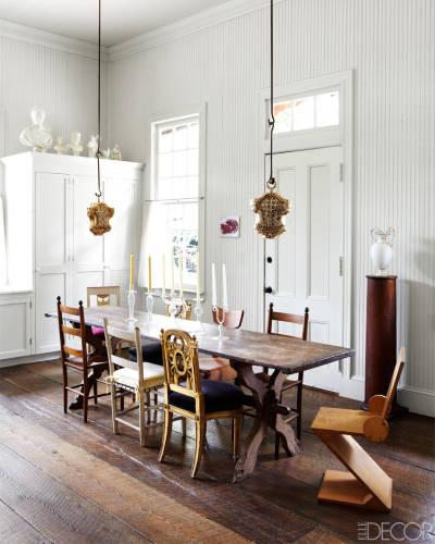 El comedor comparte espacio y elementos con la cocina. Fijaos qué natural y bien queda la mezcla de madera y blanco.
