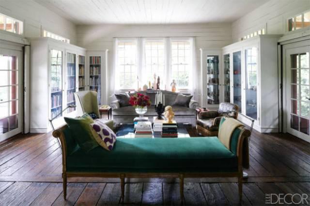 La sala de estar llama la atención por las telas de los tapizados, ricas y en colores intensos.