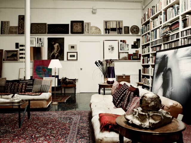 Una vista del salón de la vivienda de Barcelona. Está llena de pinturas y fotografías que ha hecho el propietario, pintor y arquitecto, y otras de sus amigos.