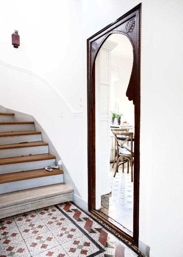 En la entrada vemos un espejo de claro aire oriental que con las baldosas tipo hidráulicas hacen buen conjunto.