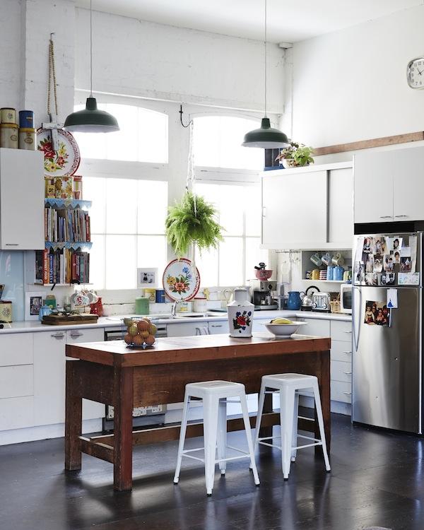 En la cocina también se puede apreciar la mezcla de elementos. La ventana de estilo industrial y las dimensiones del espacio no hacen si no  convertir esta cocina en un espacio único.