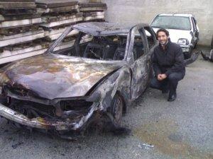 Alumno de la Universidad de Navarra con el coche calcinado por la explosión