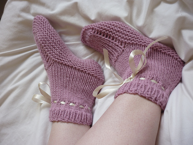 Bed Socks Knitting Pattern 2 Needles : Slipper Knitting Patterns In the Loop Knitting