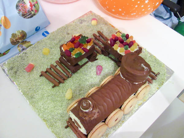 Super Easy No Bake Train Cake For Kids Parties - In The ...