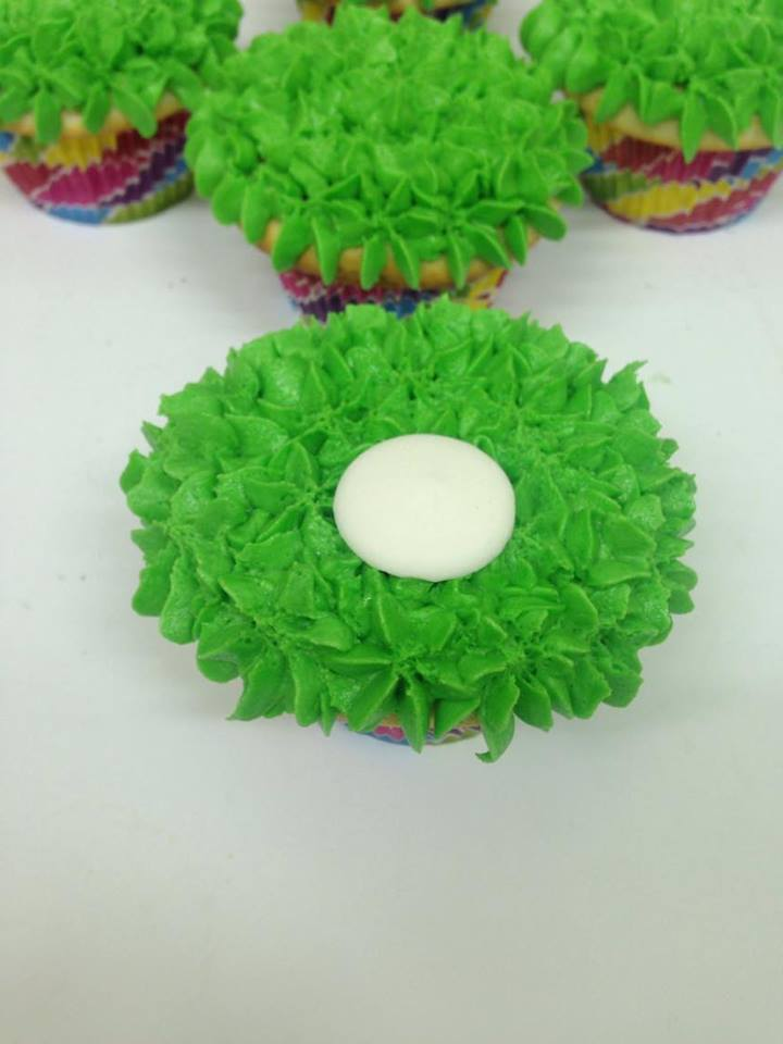 how to make super cute easter bunny cupcakes with bunny tails and easter eggs