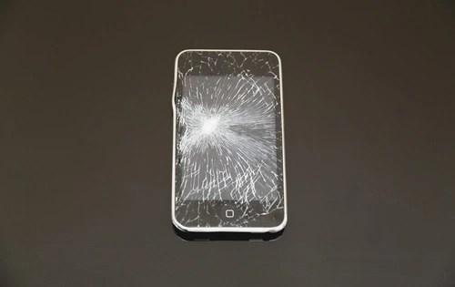 iPhoneの画面にヒビが入った…修理代はいくらぐらい
