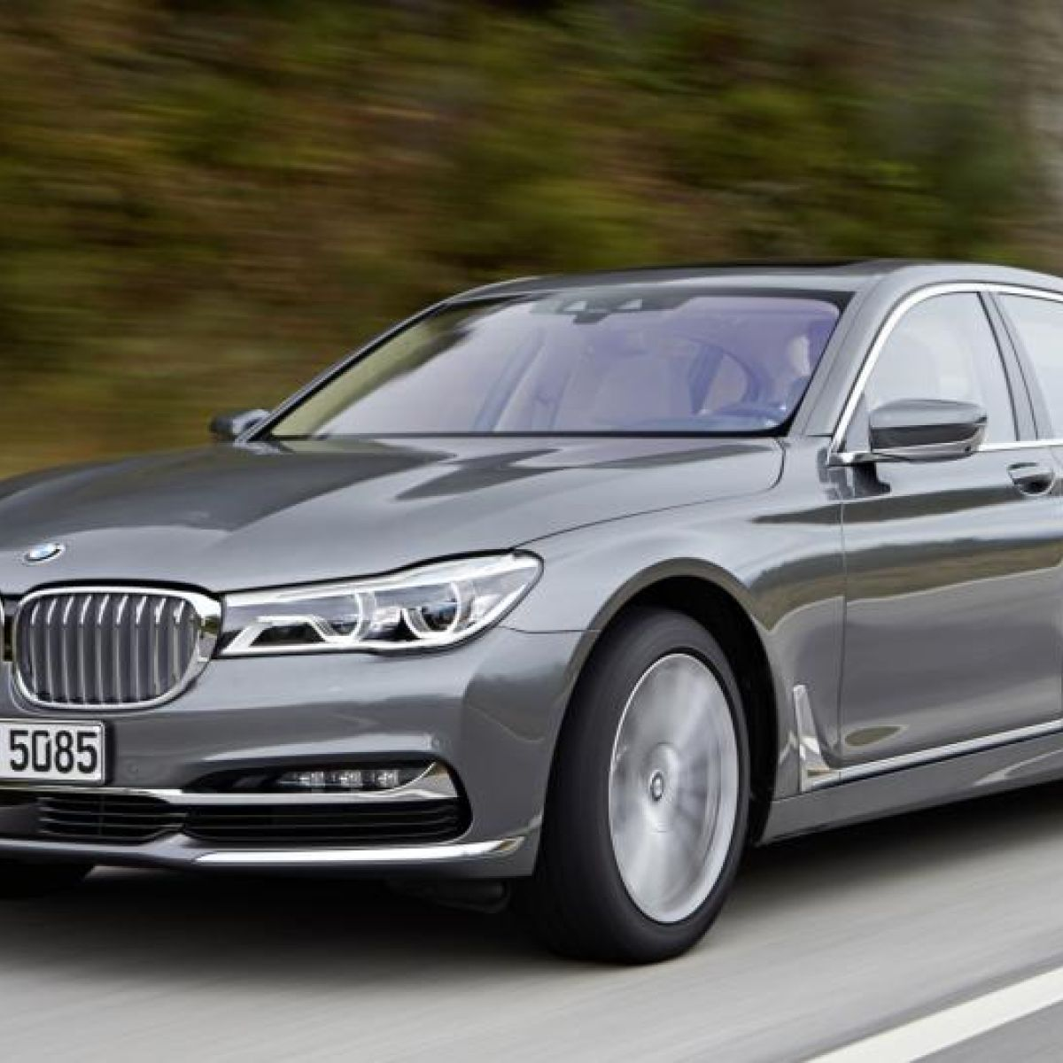 7 Serie First Drive Bmw S Tech Loaded 7 Series Takes On Mercedes S Class
