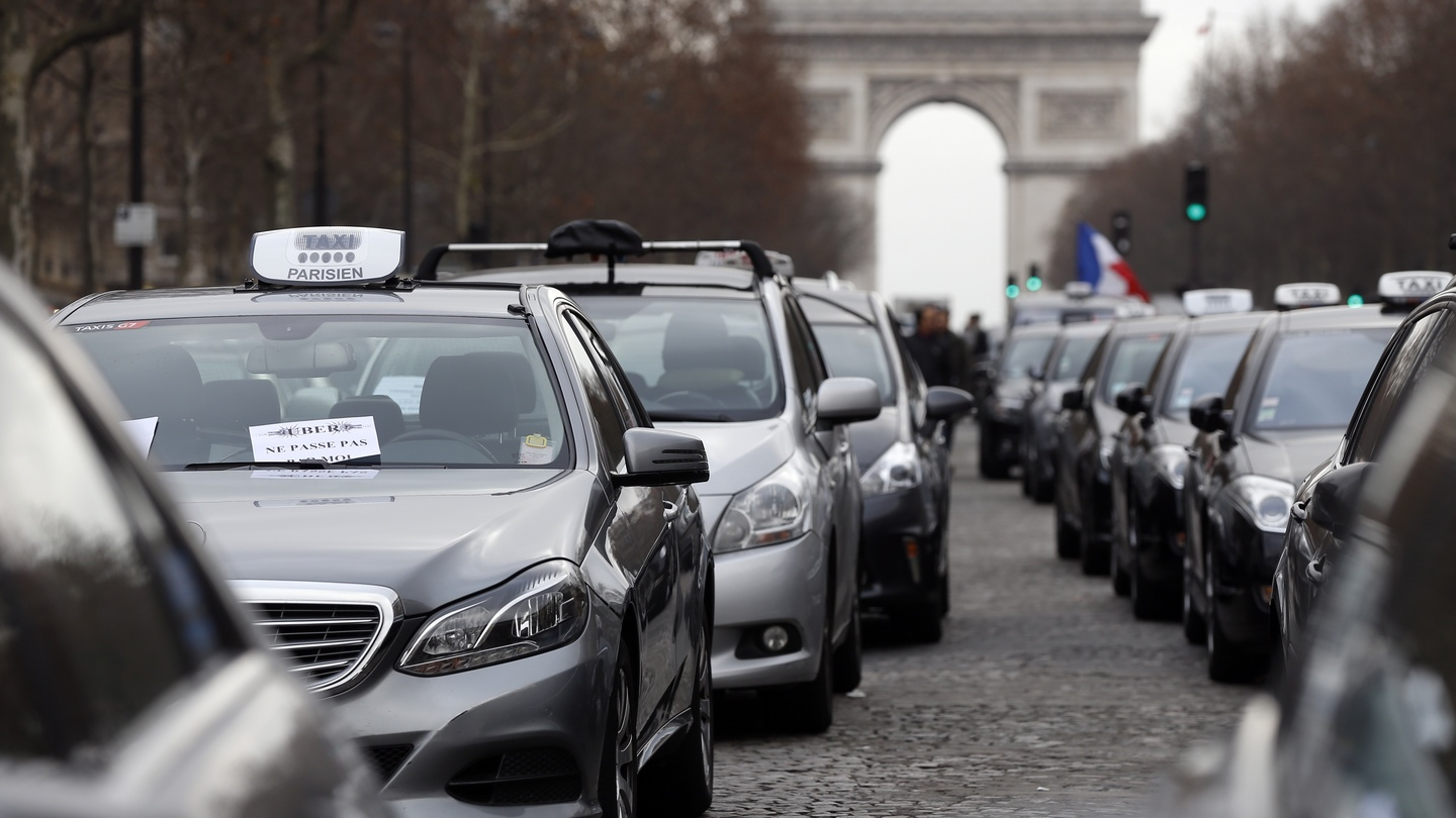 Paris Habitat Parking French Taxi Driver Row With Uber Service Accelerates