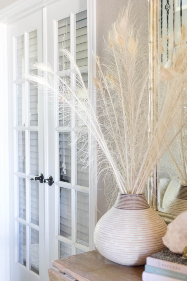 white-peacock-feathers-fall-decorating-console-table-irisnacole-com