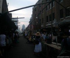 7月28日 開演時間が近付くと屋台に人が集まり、憩いの場所になる。