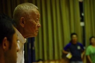 演出・松本雄吉は真剣な眼差しで役者達の動きをチェックする。
