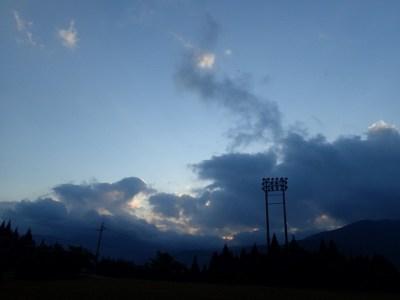 夕刻18:00、陽が傾いて辺りが暗くなる時刻に「トワイライト」の幕が上がる。辺り一面に役者達の声が響き渡る。