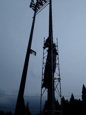 9月16日 グラウンドの照明塔も維新派仕様に変えていく。