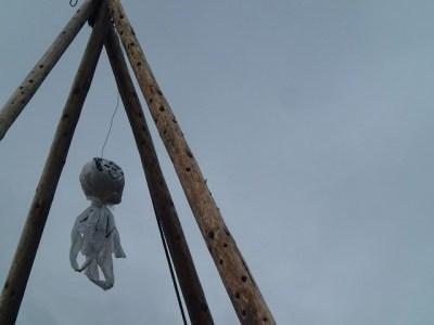 公演期間中の天気は不安定で、曇りや雨の予報が続く。屋台の櫓(やぐら)の頂きには晴れを願ったてるてる坊主が飾られる。
