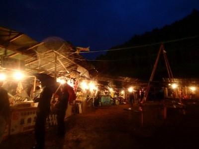 舞台は雨天でも決行される。訪れたお客さんも雨具を身に着け観劇する。